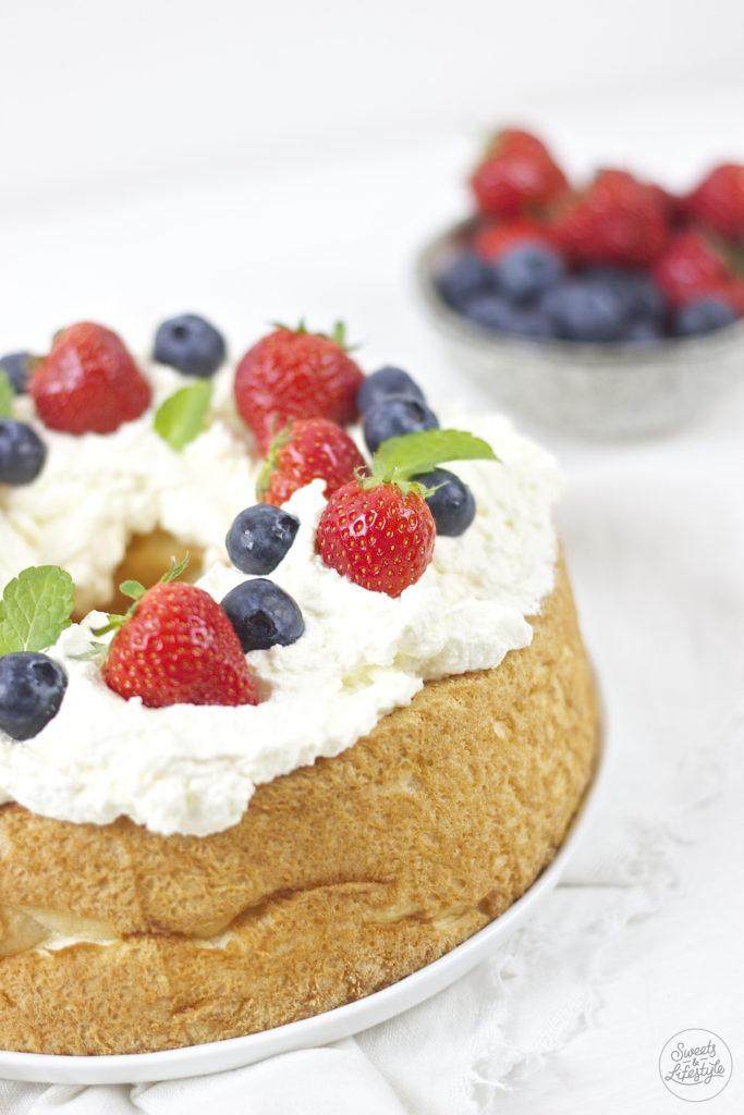 Fluffig und leckere Angel Food Cake serviert von Sweets and Lifestyle