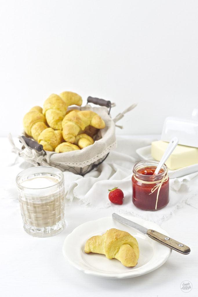 Koestliche selbst gemachte Butterhoernchen fuer das Fruehstueck von Sweets and Lifestyle