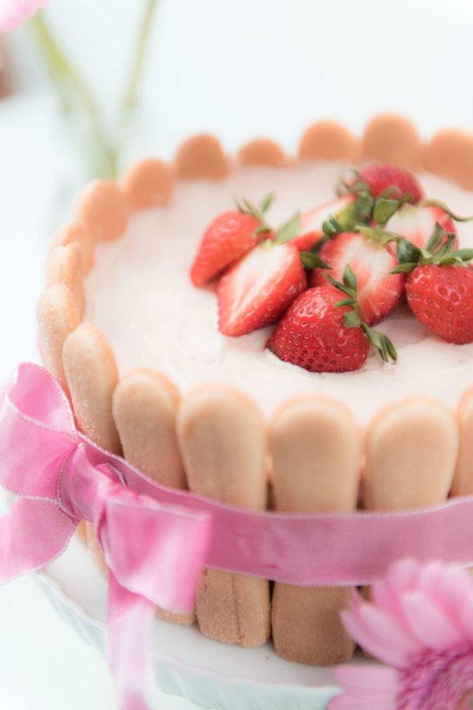 Leckere Erdbeer Charlotte mit frischen Erdbeeren als Muttertagstorte von Sweets and Lifestyle