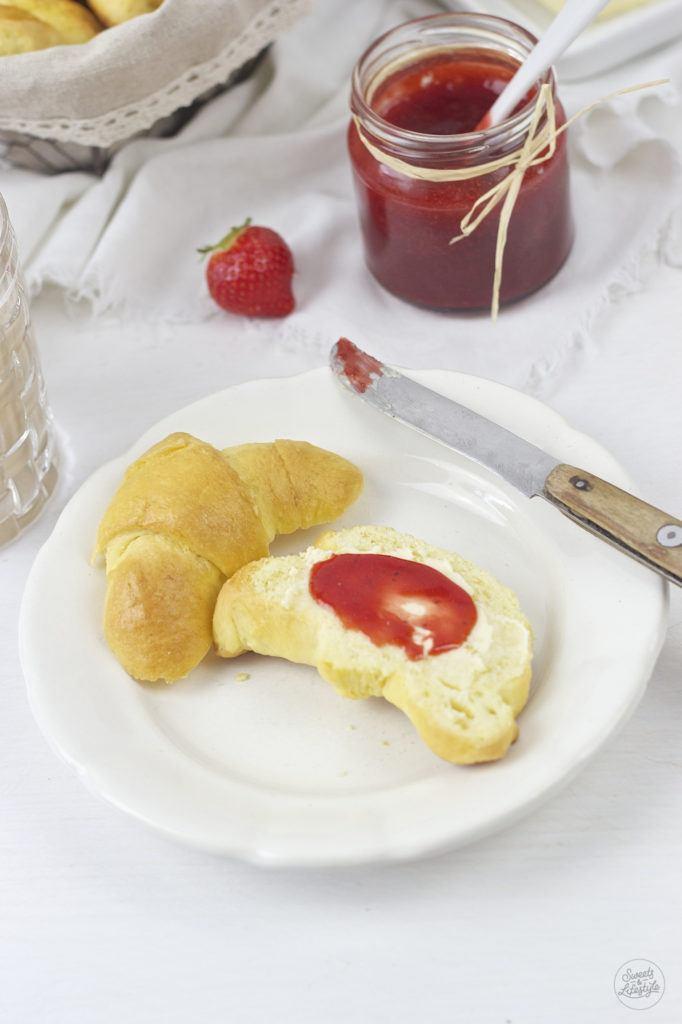 Frische, selbst gemachte Buttekripferl mit Marmelade zum Fruehstueck von Sweets and Lifestyle