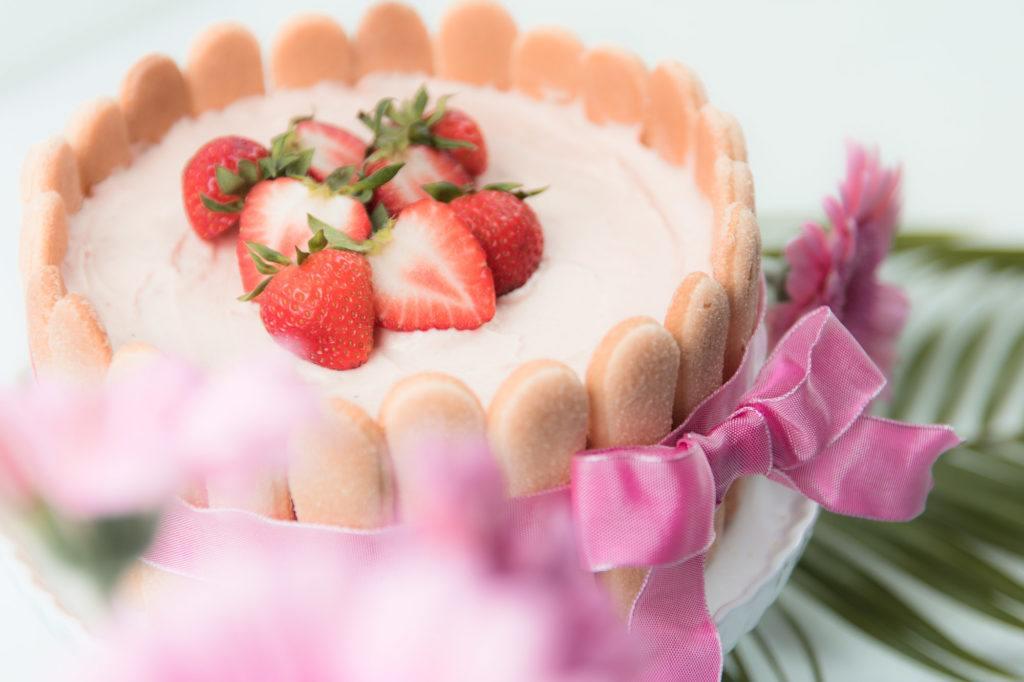 Frische Erdbeeren auf der leckeren Erdbeer Charlotte Muttertagstorte von Sweets and Lifestyle