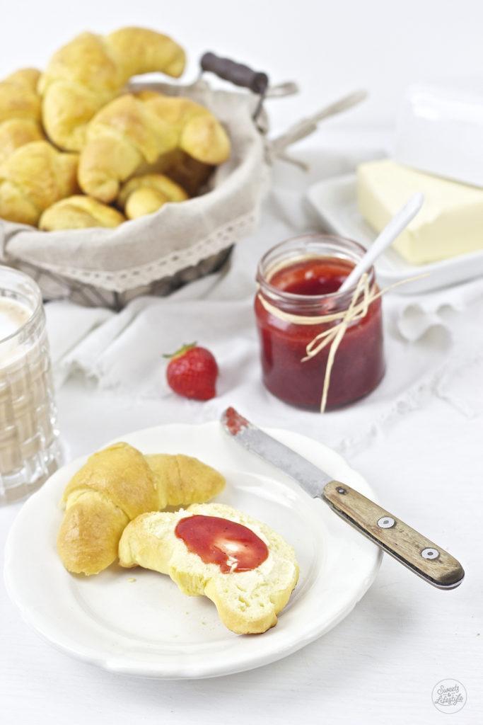 Frische selbst gemachte Butterkipferl, deren Teig am Vortag zubereitet wird, zum Fruehstueck von Sweets and Lifestyle