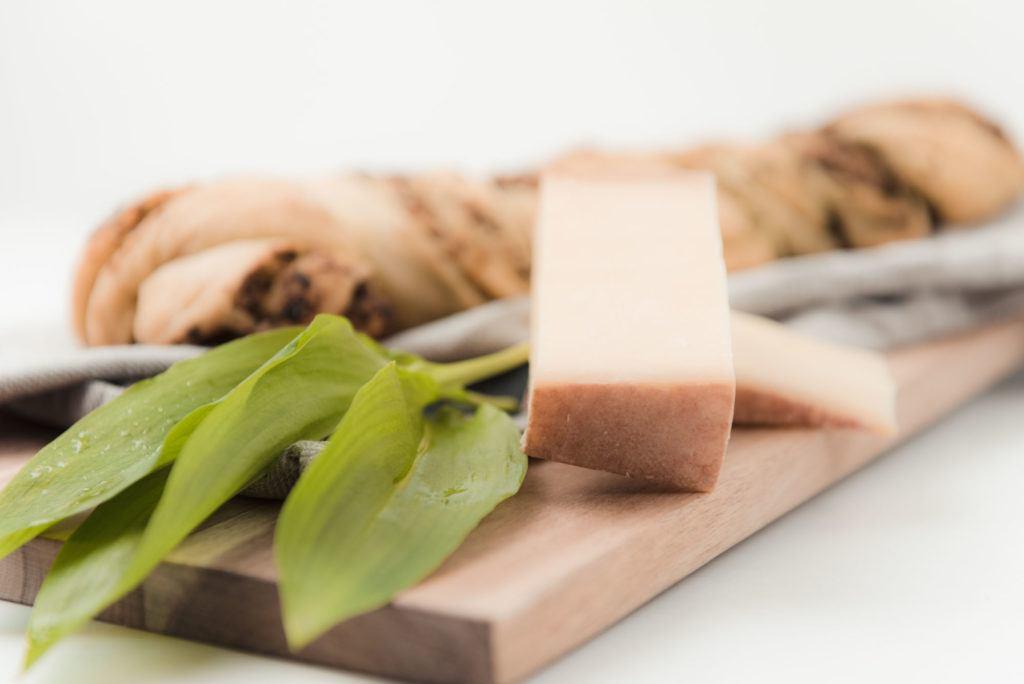 Frischer Baerlauch und Walserstolz Kaese fuer das Pesto im Pestobrot von Sweets and Lifestyle