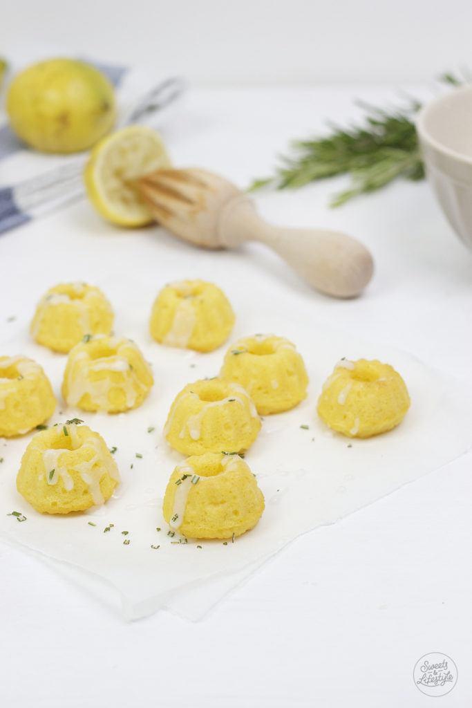 Koestliche Fructosearme Kokos Zitronen Rosmarin Minigugls nach einem Rezept von Sweets and Lifestyle