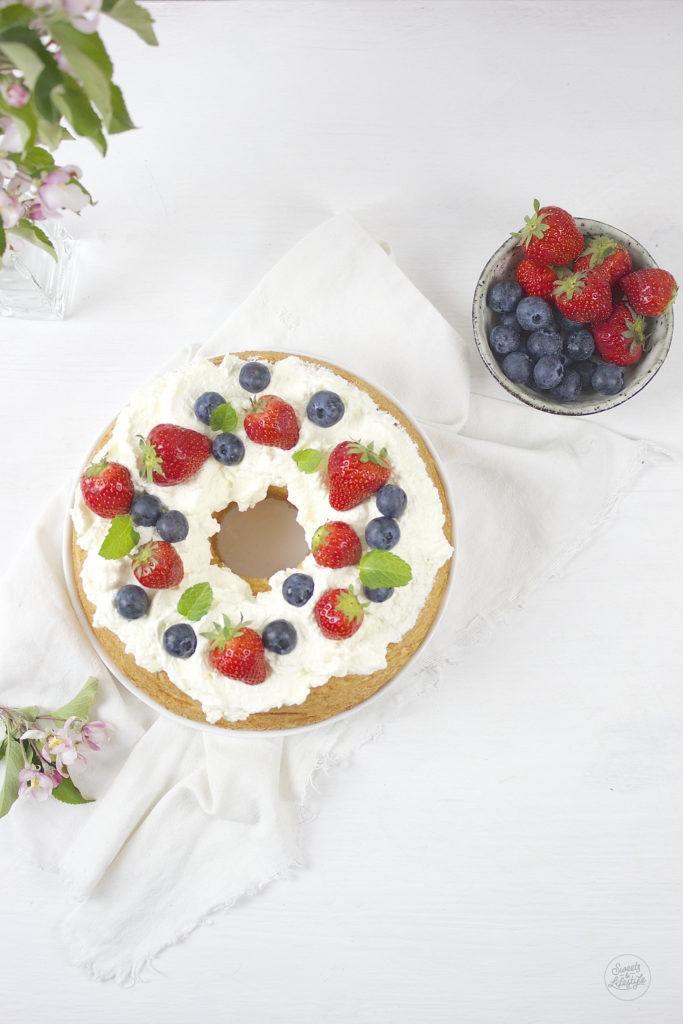 Leckere Angel Food Cake serviert mit Sahne und frischem Obst nach einem Rezept von Sweets and Lifestyle