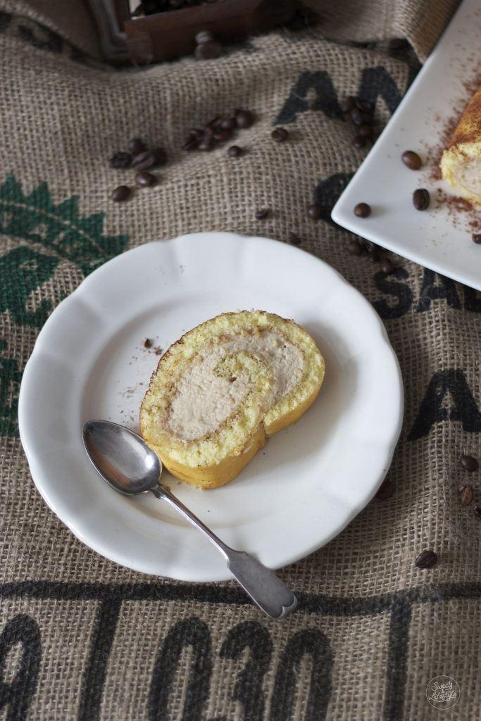 Leckere Kaffeeroulade zum Kaffee serviert von Sweets and Lifestyle