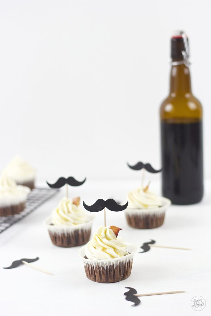 Leckere Schoko Bier Cupcakes mit Baconchips und Moustache Topper von Sweets and Lifestyle