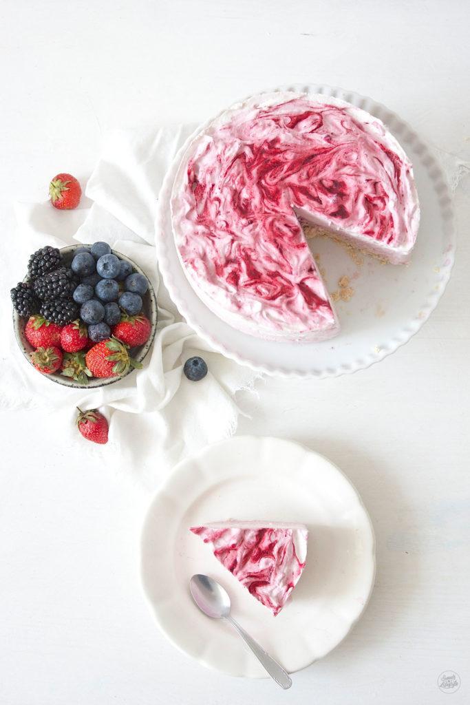 Leckere Beeren Eistorte mit Beerenswirl von Sweets and Lifestyle