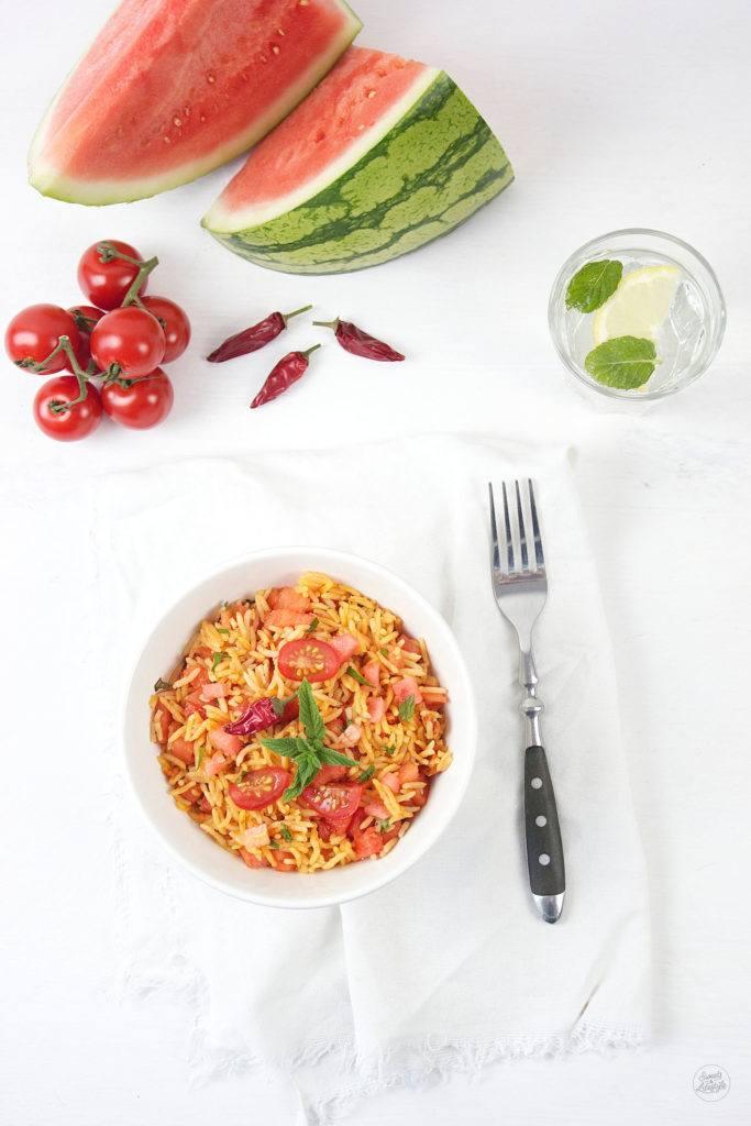 Erfrischender Reissalat mit Chili, Wassermelone und Tomate, perfekt an heißen Tagen, von Sweets and Lifestyle