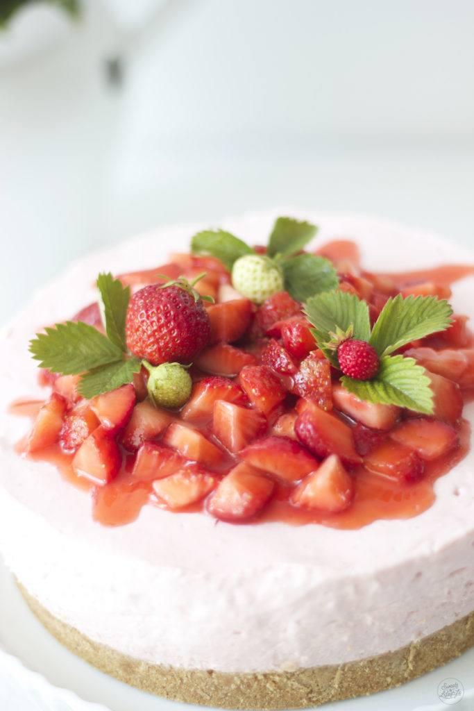 Frische Erdbeeren aus dem eigenen Garten am No Bake Erdbeer Cheesecake von Sweets and Lifestyle