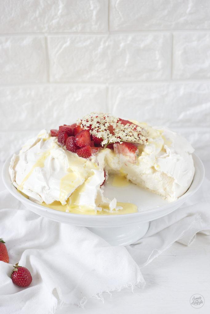 Koestliches Rezept fuer eine Pavlova mit selbst gemachten Holunderblueten Curd und Erdbeeren von Sweets and Lifestyle