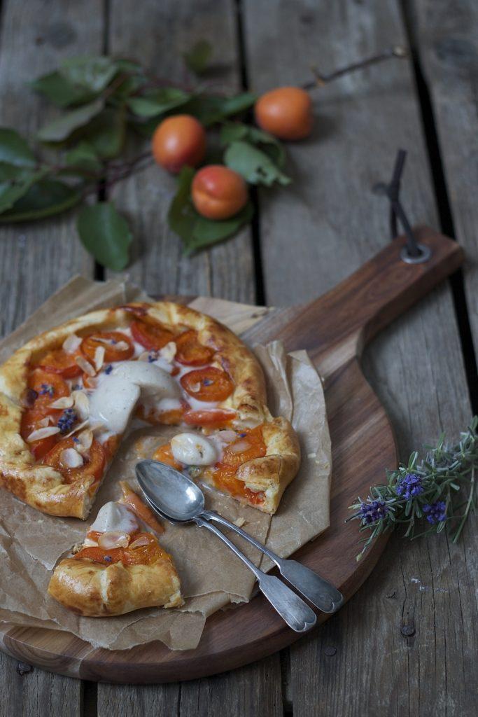 Leckere Marillen Galette mit Lavendel und Ricotta serviert von Sweets and Lifestyle