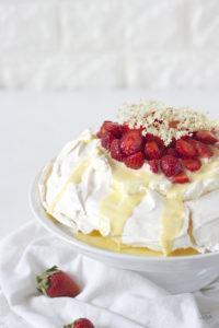 Leckere Pavlova mit Holundeblueten Curd und Erdbeeren serviert von Sweets and Lifestyle