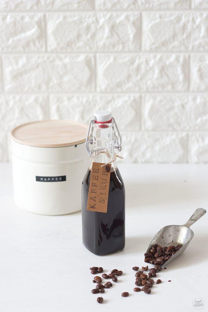 Leckerer selbst gemachter Kaffeesirup fuer die Herstellung von Iced Coffee von Sweets and Lifestyle