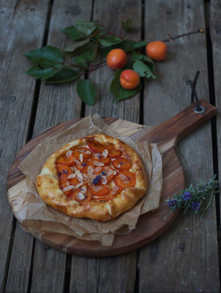 Frisch gebackene Marillen Galette mit Lavendel Rezept von Sweets and Lifestyle