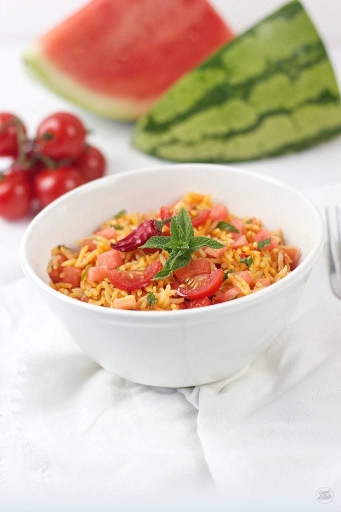 Leckerer, erfrischender Reissalat mit Chili, Wassermelone und Tomate perfekt im Sommer von Sweets and Lifestyle