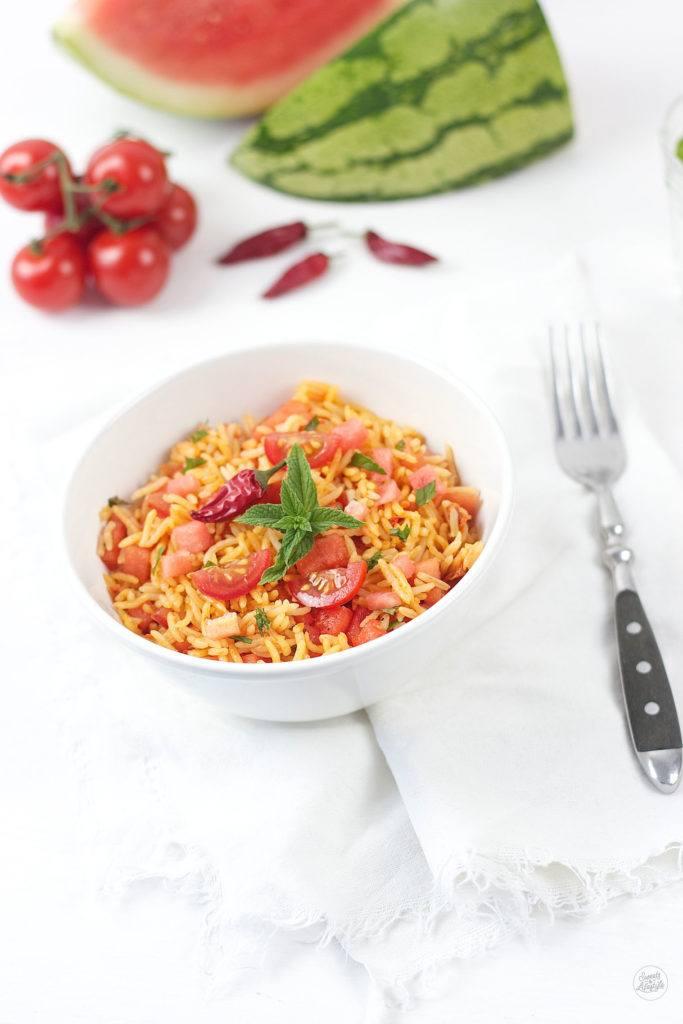 Erfrischender Reissalat mit Chili, Wassermelone und Tomate von Sweets and Lifestyle
