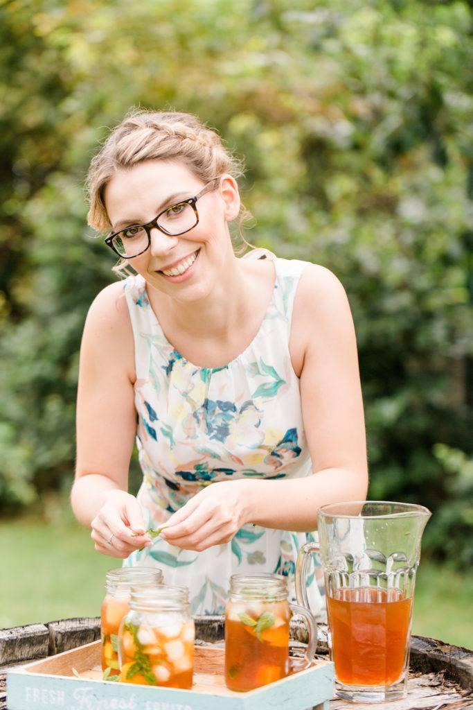 Verena von Sweets and Lifestyle bei der Zubereitung ihres Holunder Zitronen Eistees mit Minze