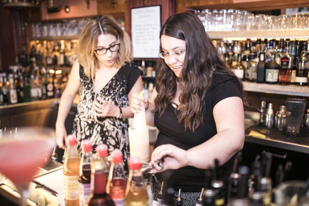 Bloggerin Verena Pelikan Sweets and Lifestyle und Monika Stiendl beim Mixen_c_www.stefanjoham.com