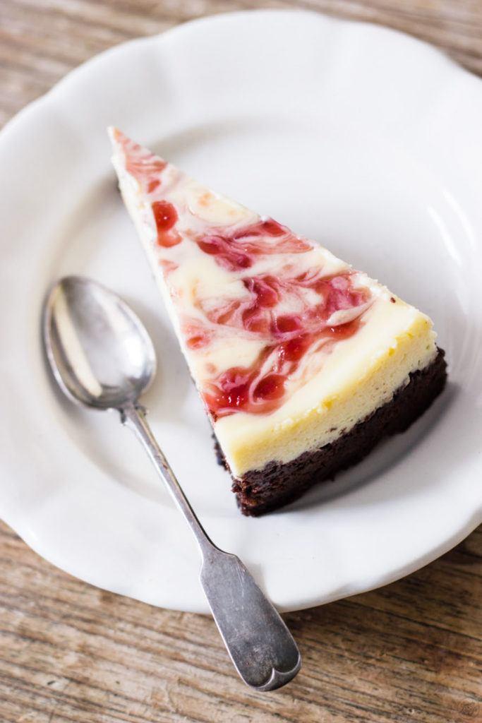 Ein Stueck leckerer Himbeer Cheesecake mit Swirl von Sweets and Lifestyle