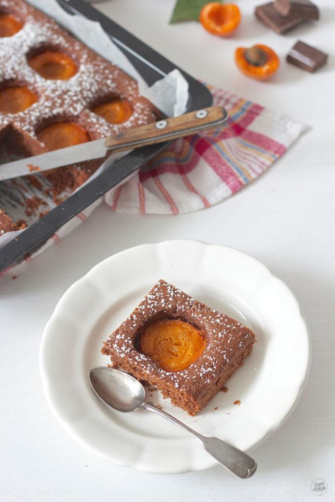 Ein Stueck Schoko Marillen Kuchen serviert von Sweets and Lifestyle