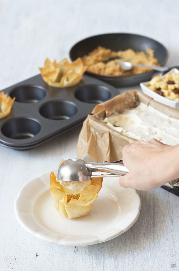 Eine Kugel Apfelstrudeleis kommt ins Teigschuesserl von Sweets and Lifestyle