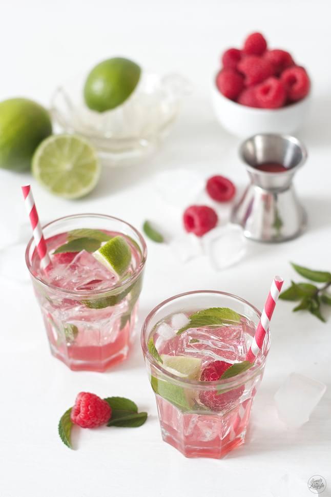 Erfrischender Raspberry Mojito serviert von Sweets and Lifestyle