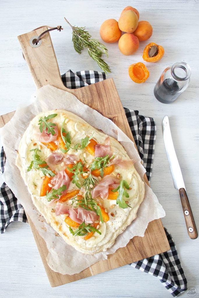 Fruchtig frischer Marillen Flammkuchen mit Mozzarella, Prosciutto und Rucola perfekt im Sommer von Sweets and Lifestyle