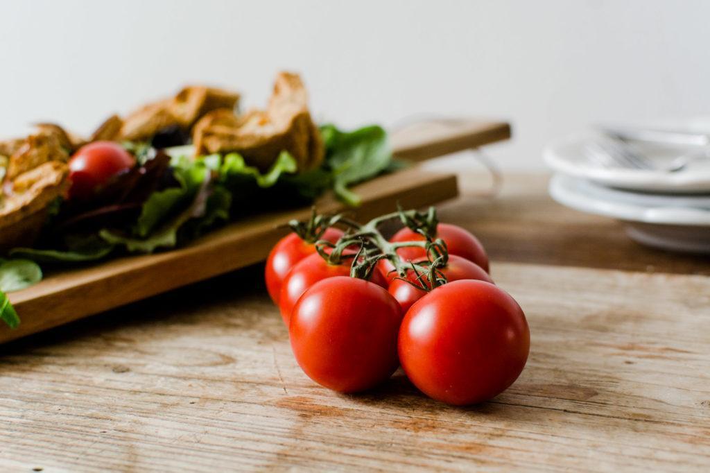 Leckere Fruehstuecksmuffins serviert mit Salat von Sweets and Lifestyle