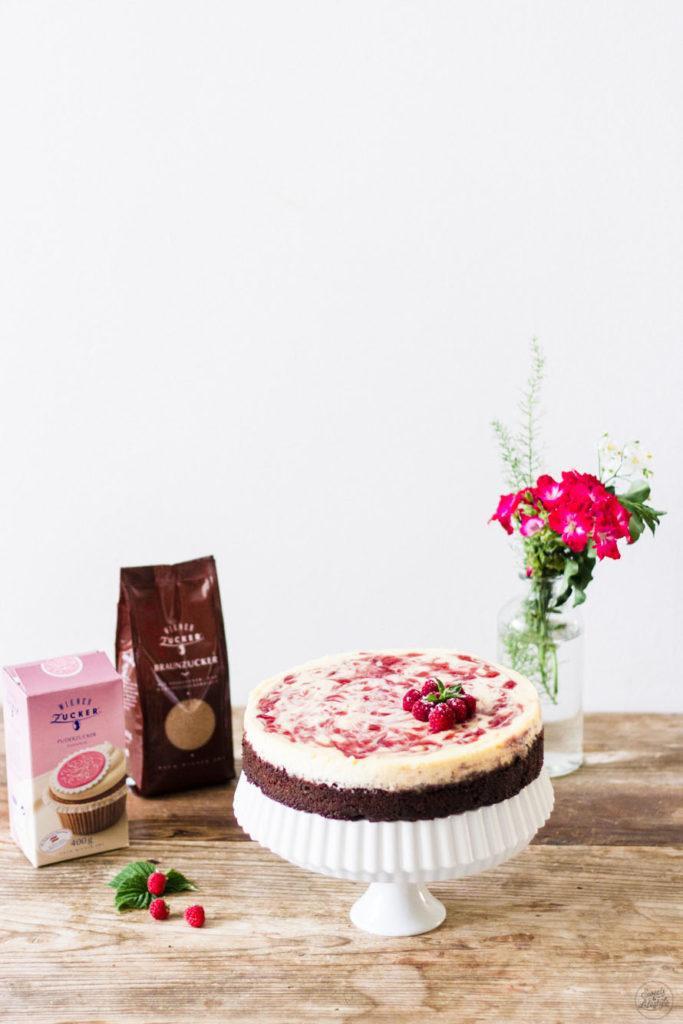 Leckerer Himbeer Cheesecake auf einem Brownieboden von Sweets and Lifestyle