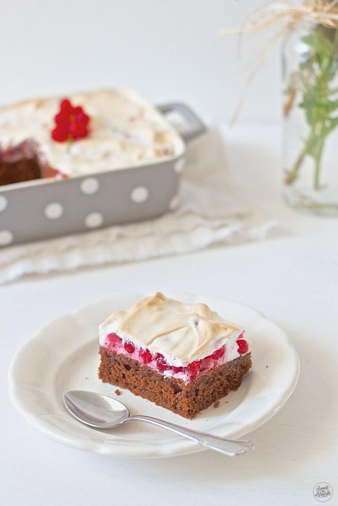 Koestlicher, saftiger Schoko Ribiselkuchen mit Schneehaube von Sweets and Lifestyle