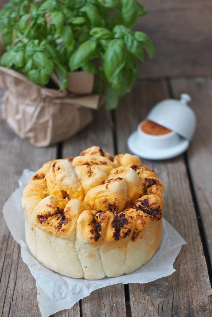 Knuspriges Kraeuter Zupfbrot mit Kaese als Beilage zum Grillen von Sweets and Lifestyle