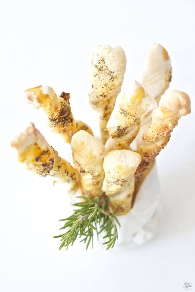 Leckere knusprige Brotstangen mit Kaese und Kraeutern von Sweets and Lifestyle
