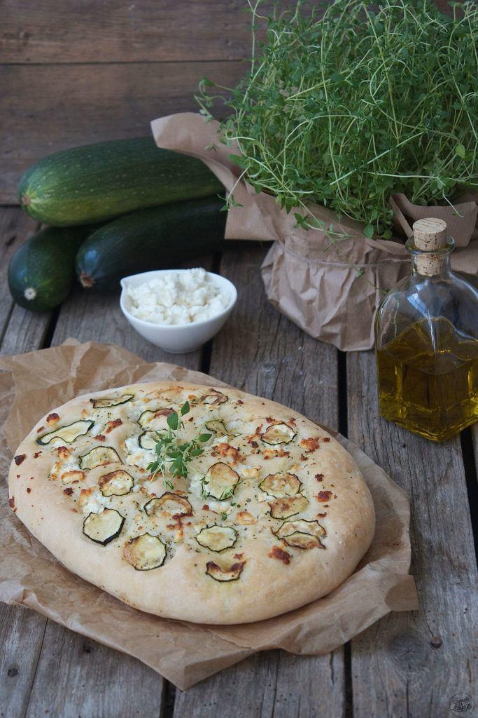 Leckere Focaccia mit Feta und Zucchini als Beilage zum Grillen von Sweets and Lifestyle