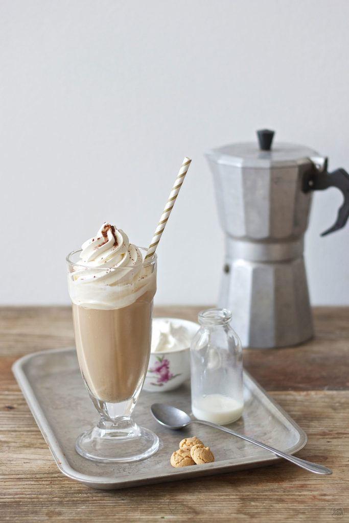 Leckerer Eiskaffee mit Amaretto serviert von Sweets and Lifestyle