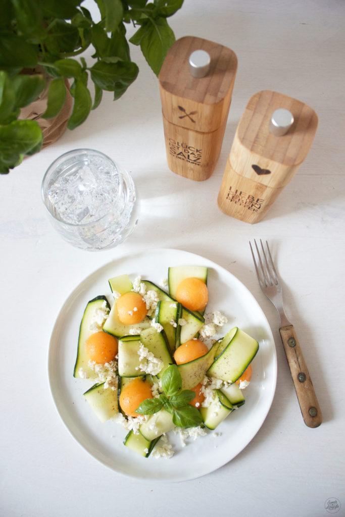Leckerer und zugleich erfrischender Zucchini Melonen Salat mit Feta und Basilikumblaettern von Sweets and Lifestyle