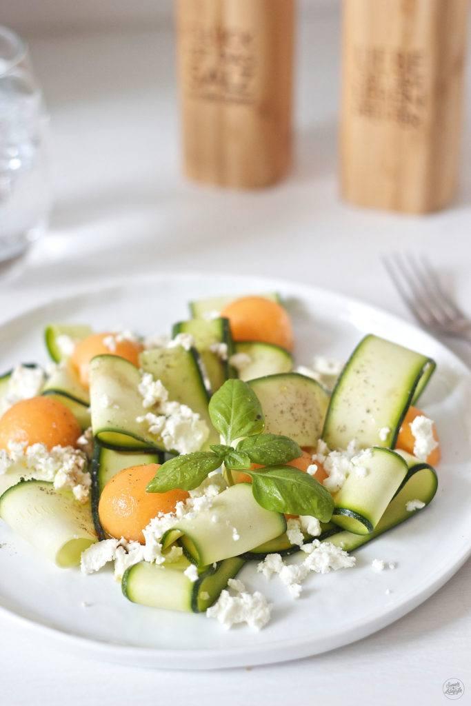 Leckerer, erfrischender Zucchini Melonen Salat mit Feta und Basilikum von Sweets and Lifestyle