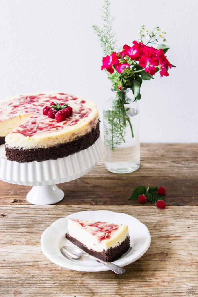 Leckerer cremiger Himbeer Cheesecake mit Brownieboden von Sweets and Lifestyle