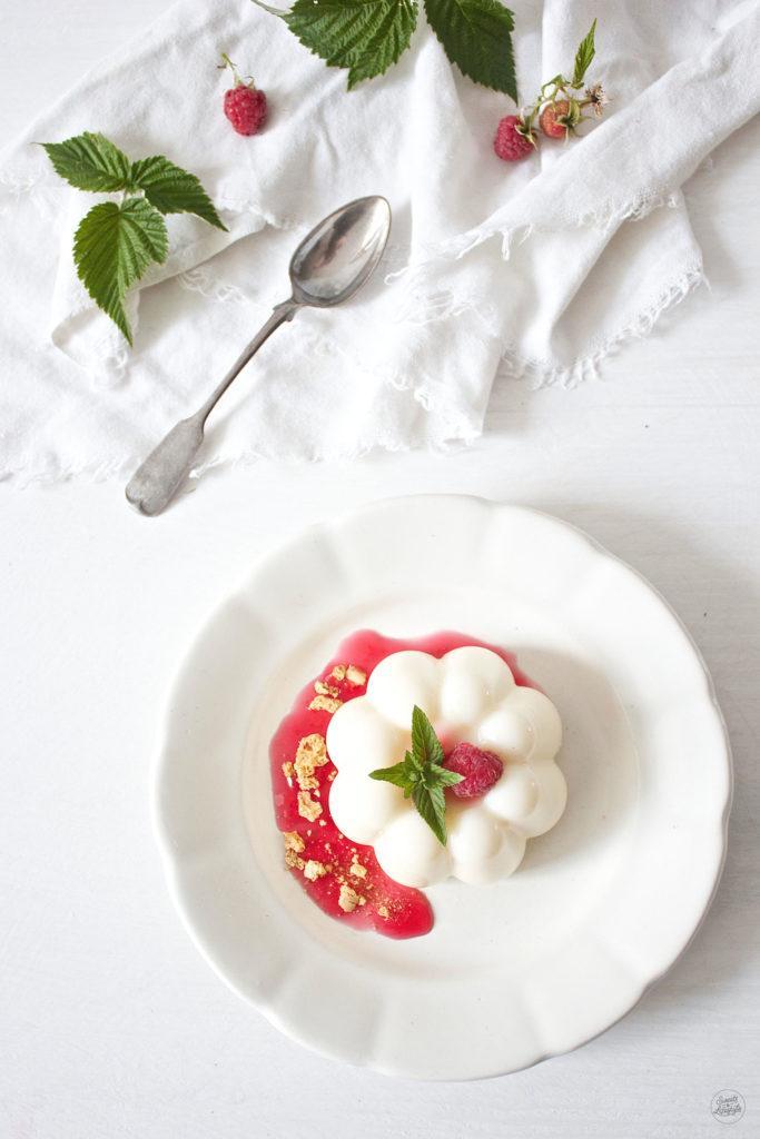 Leckeres Panna Cotta mit Himbeeren als Dessert von Sweets and Lifestyle
