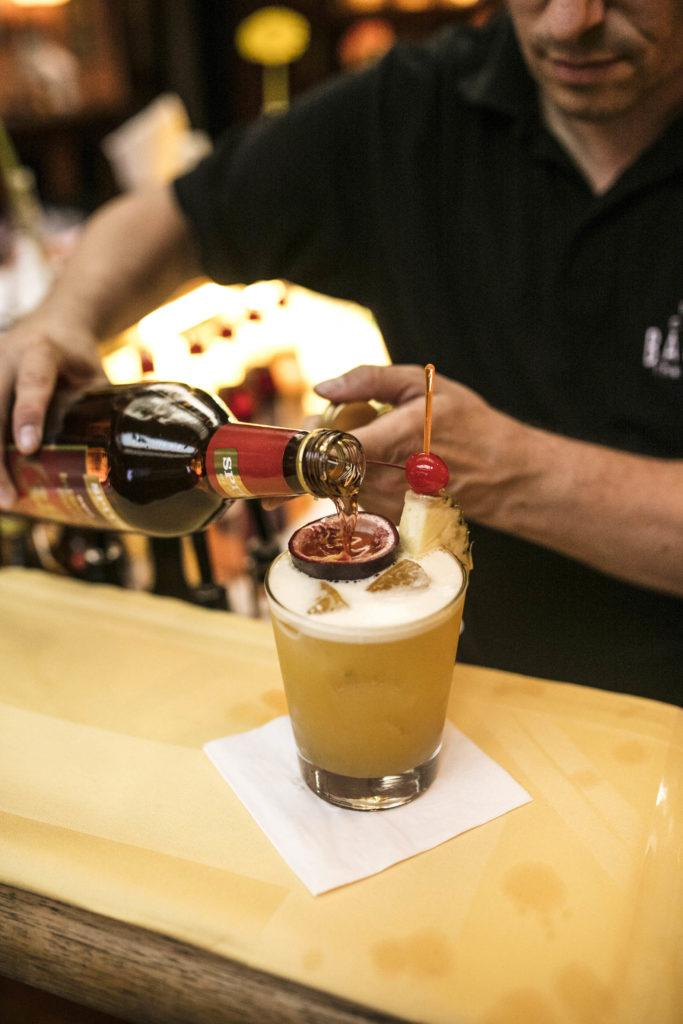 Letzte Feinheiten beim Mixen des Ingo Star Cocktails_c_www.stefanjoham.com
