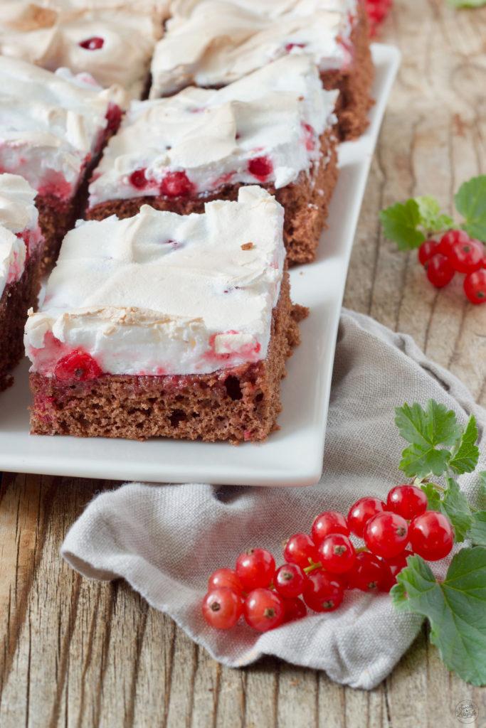 Saftiger Schoko Ribiselkuchen mit Schneehaube nach einem Rezept von Sweets & Lifestyle®