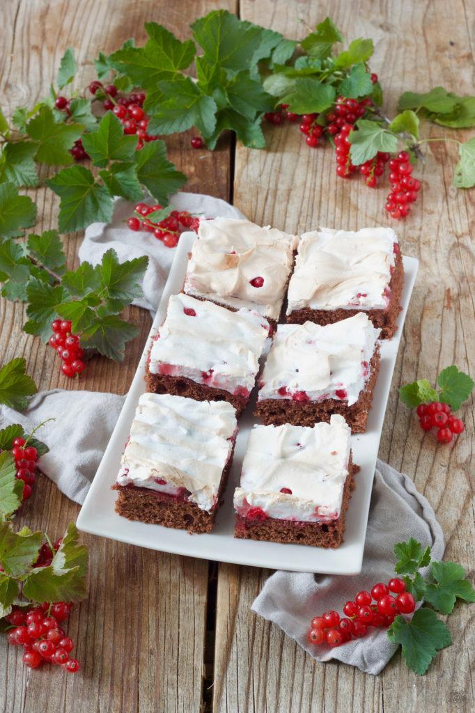Schoko Ribiselkuchen mit Schneehaube vom Blech nach einem Rezept von Sweets & Lifestyle®