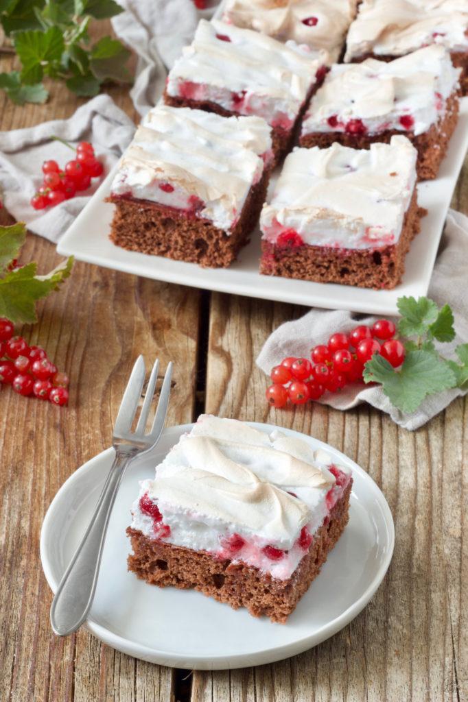 Schoko Ribiselkuchen vom Blech mit Schneehaube serviert von Sweets & Lifestyle®