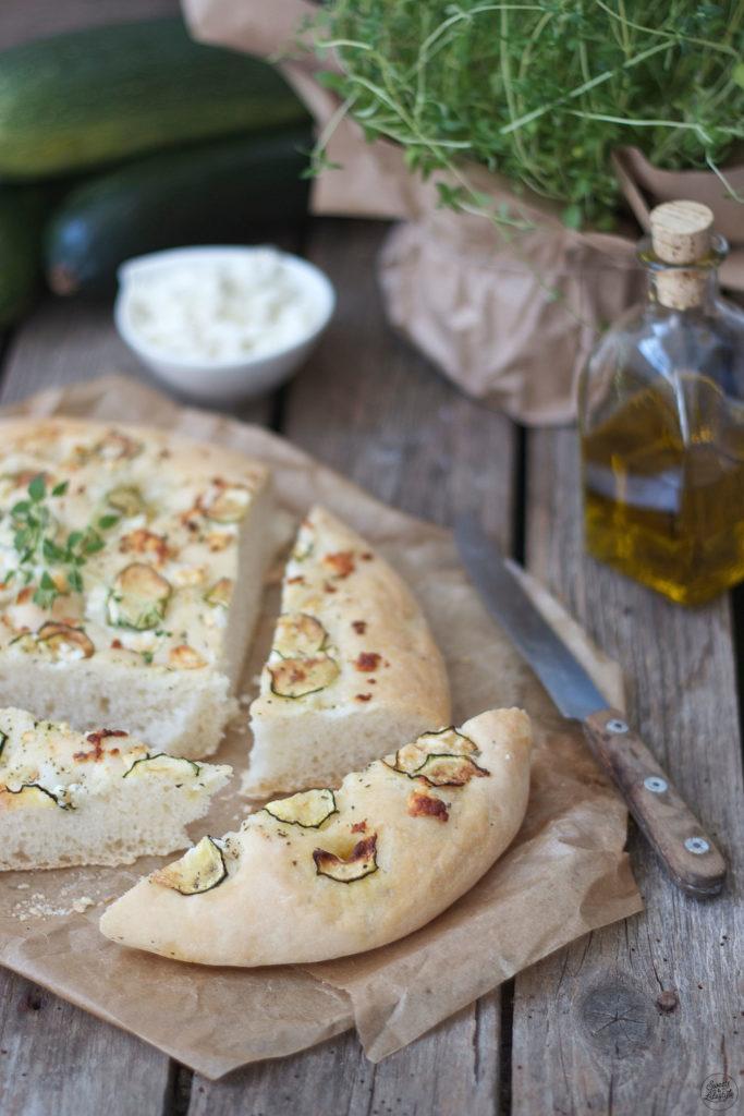 Selbst gemachte Focaccia mit Feta und Zucchini nach einem Rezept von Sweets and Lifestyle