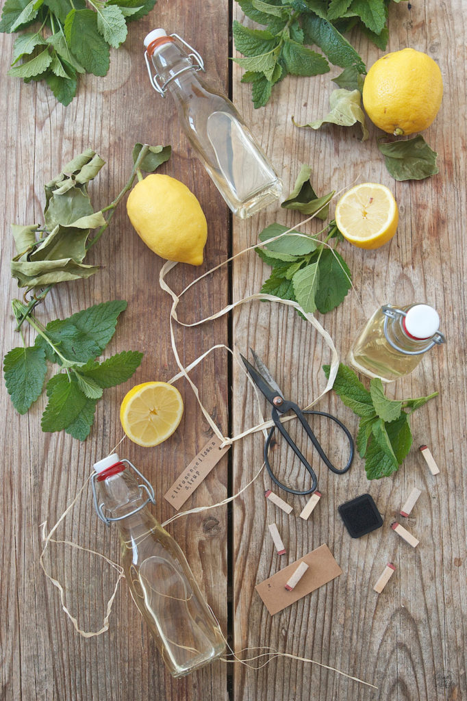 Selbst gemachter Zitronenmelissensirup nach einem Rezept von Sweets & Lifestyle®