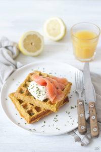 Pikante Suesskartoffelwaffeln mit Oberskren und Lachs zum Fruehstueck von Sweets and Lifestyle
