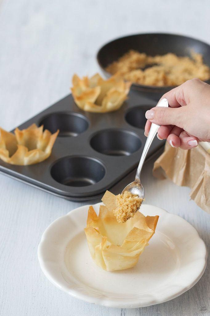 Teigschuesserl gefuellt mit Butterbroesel fuer das Apfelstrudeleis von Sweets and Lifestyle