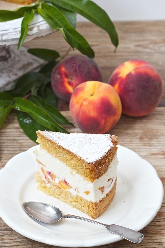 Ein Stueck der erfrischenden Topfen Pfirsich Torte von Sweets and Lifestyle