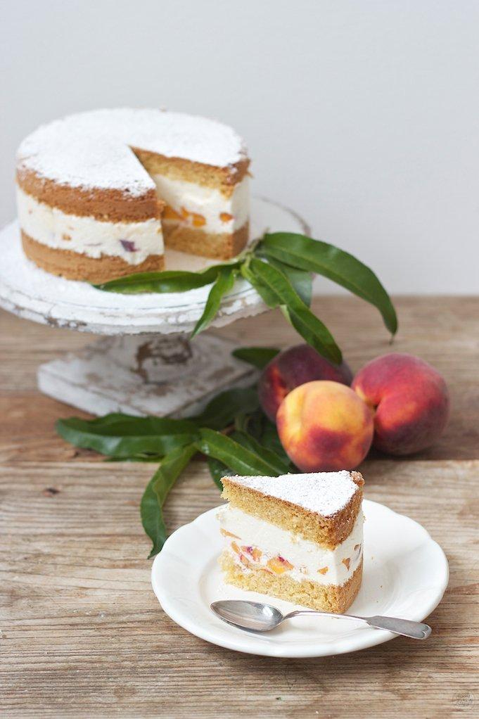 Erfrischende, leckere Topfen Pfirsich Torte nach einem Rezept von Sweets and Lifestyle