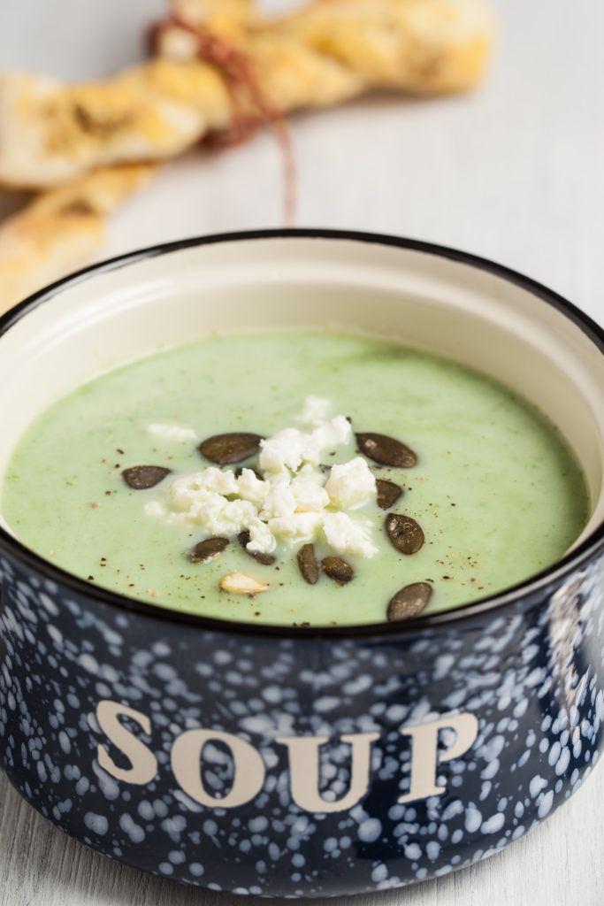 Kalte Zucchini Joghurt Suppe mit Feta und Kuerbiskernen serviert von Sweets and Lifestyle